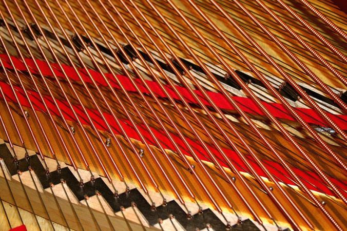 800px-piano_strings_6